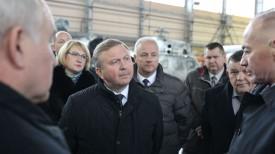Андрей Кобяков во время посещения Оршанского авиаремонтного завода