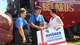 Оксана Десятниченко вручает молодежному семейному экипажу путевку в санаторий