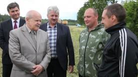 Леонид Анфимов беседует с механизаторами Дмитрием Шмыревым и Владимиром Ивашко