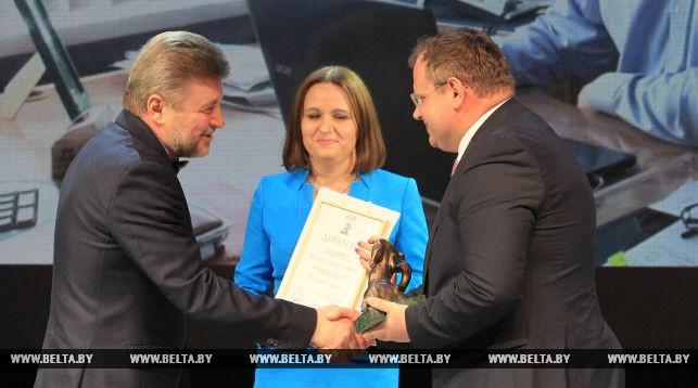 Награду получает Виктор Лаврусенко