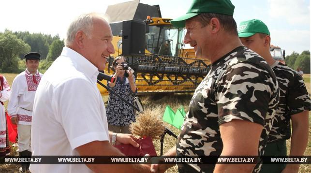 Николай Шерстнев поздравляет первых тысячников