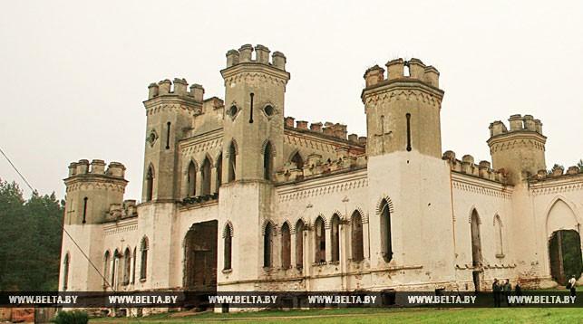 Молодежь Ивацевичского района помогла в благоустройстве территории Коссовского замка