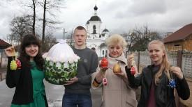 Педагог дополнительного образования Татьяна Шакаль с учащимися Вероникой Свиленок, Ильей Матвеюк и Владой Коршун