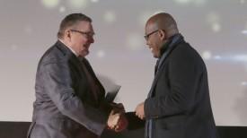 Геннадий Давыдько вручает награду Джонни Хендриксу Инестросе