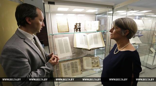 Заместитель директора Национальной библиотеки Беларуси Александр Суша и реставратор Национальной библиотеки Германии Барбара Шинко