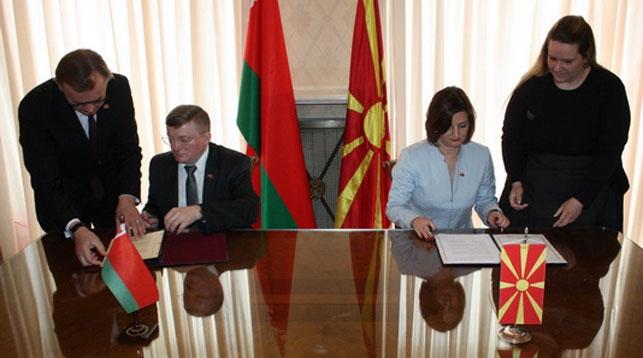Во время подписания договора о сотрудничестве. Фото посольства Беларуси в Сербии