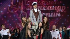 """Руслан Алехно на концерте """"Александр Зацепин. Есть только миг..."""" в костюме из фильма """"12 стульев"""""""