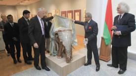 Министр культуры Беларуси Борис Светлов и посол Индии Панкадж Саксена презентуют экспонат