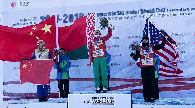 Анна Гуськова (в центре). Фото FIS