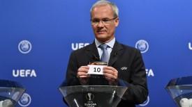 Заместитель генерального секретаря УЕФА Джорджио Маркетти проводит жеребьевку. Фото Getty Images