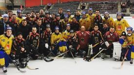 Хоккеисты сборных Швеции и Германии после матча. Фото из социальных сетей