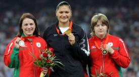 Надежда Остапчук (справа) с бронзовой медалью Игр-2008 в Пекине. Фото из архива