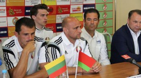 Николас Альварадо (в центре). Фото Белорусской федерации пляжного футбола