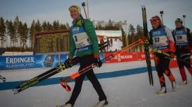 Дарья Домрачева идет на цветочную церемонию после гонки преследования. Фото Биатлон online