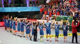"""Игроки БГК благодарят своих болельщиков. Фото официального сайта """"мешковцев"""""""