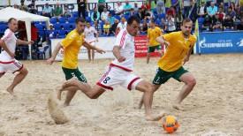 Игорь Бриштель наносит удар по воротам сборной Литвы. Фото Белорусской федерации пляжного футбола