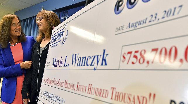 На фото: организатор лотереи (крайняя слева) и Мэйвис Уончик