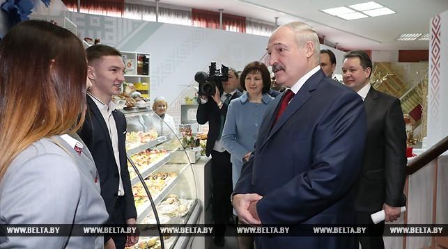Александр Лукашенко на участке для голосования