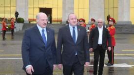 Александр Лукашенко и Гиоргий Маргвелашвили в аэропорту Тбилиси