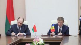 Министр промышленности Беларуси Виталий Вовк и председатель правления банка Moldova Agroindbank Сергей Чеботарь