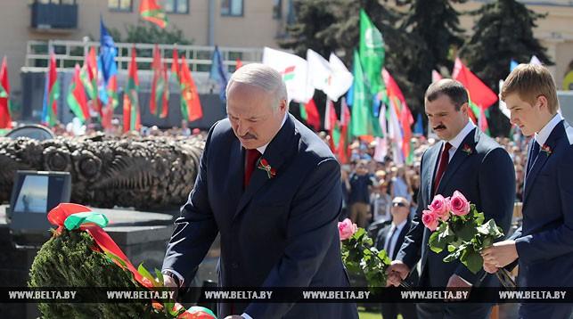 Александр Лукашенко во время возложения