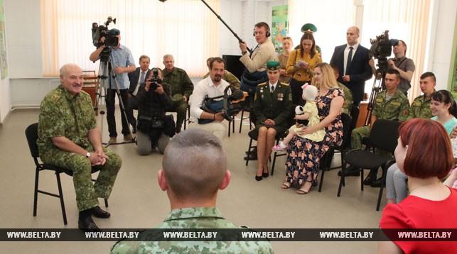 Александр Лукашенко во время общения с пограничниками и членами их семей