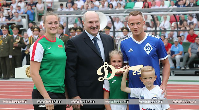 (слева направо) Татьяна Холодович, Александр Лукашенко и Артем Быков
