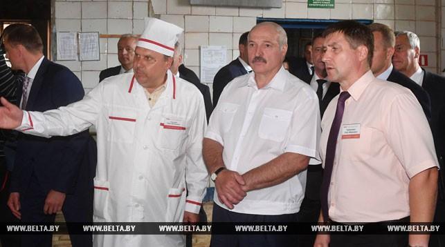 Александр Лукашенко во время посещения Оршанского МКК