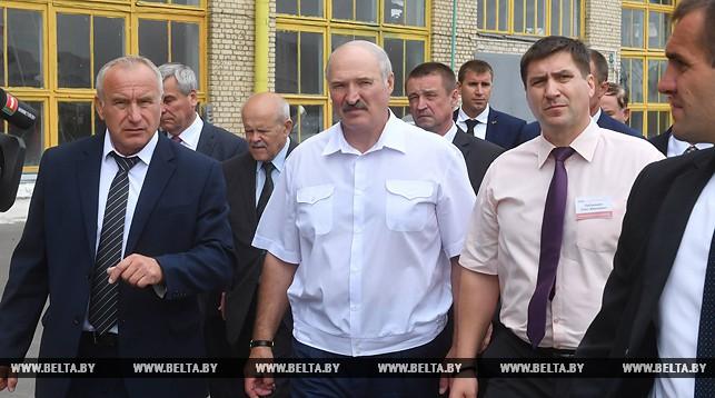 Александр Лукашенко во время посещения Оршанского мясоконсервного комбината