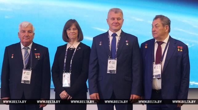 На фото (слева направо) Петр Климук, Бонни Данбар, Олег Новицкий, Владимир Коваленок
