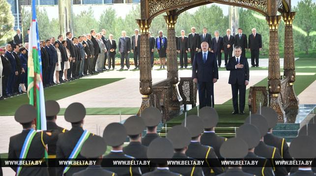 Александр Лукашенко и Шавкат Мирзиеев во время церемонии