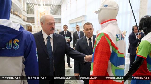 Александр Лукашенко во время презентации формы