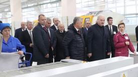 Александр Лукашенко во время посещения Витебского мехового комбината