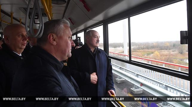 Александр Лукашенко проехал на автобусе по новому мосту