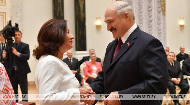 Ведущий редактор главного выпуска БЕЛТА Алина Шрубок и Президент Беларуси Александр Лукашенко