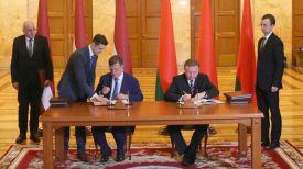 Марис Кучинскис и Андрей Кобяков во время подписания документов