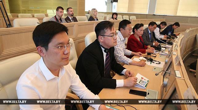 Во время встречи Михаила Мясниковича с китайскими журналистами
