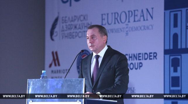Владимир Макей во время выступления на форуме