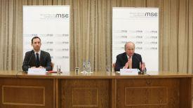 Вольфганг Ишингер (справа) во время пресс-конференции