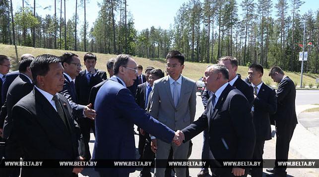 Заместитель председателя Китайской Народной Республики Ван Цишань и глава администрации парка Александр Ярошенко