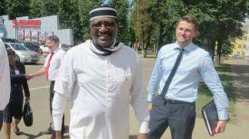 Стив Дэвис Угба во время посещения предприятия. Фото МТЗ