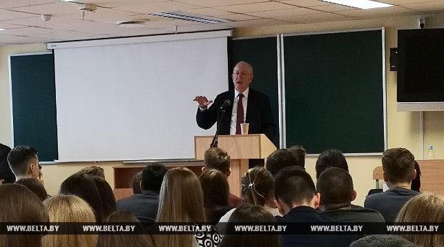 Выступает Алан Вулф