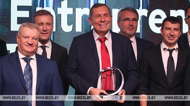 Владимир Линев (в центре)