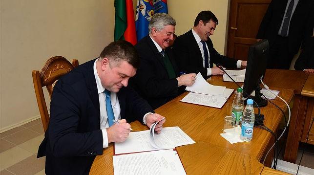 Во время подписания договора. Фото БГТУ