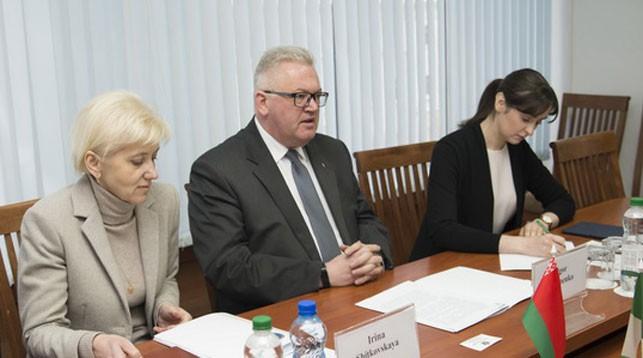 Игорь Карпенко (в центре). Фото с сайта Министерства образования