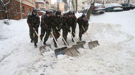 Курсанты Военной академии убирают снег