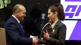 Владимир Жевняк вручает награду Наталье Филипповской