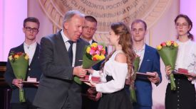 Заместитель премьер-министра Василий Жарко награждает Марию Магильную