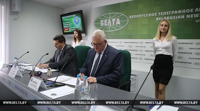 Владимир Карпович и Игорь Карпенко во время подписания соглашения