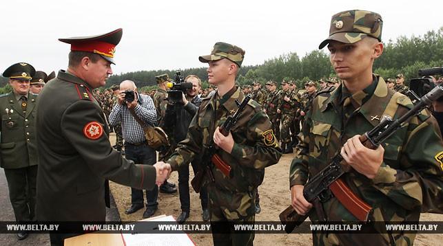 Рядовой Алексей Шимчук принимает поздравления министра обороны Андрея Равкова
